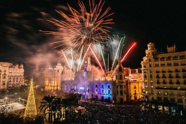 Fuegos artificales en la Plaza del Ayuntamiento de Valencia