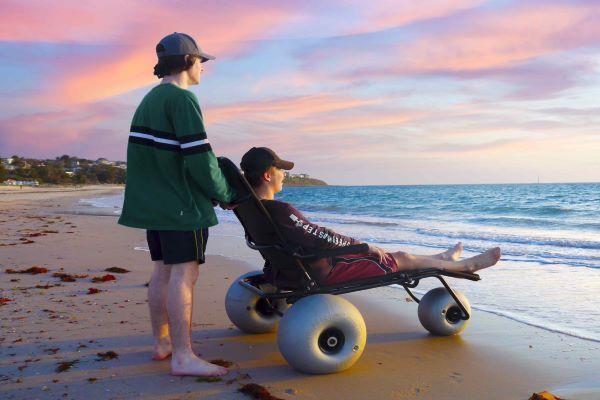 Native Hotels diseña una silla de ruedas para la playa