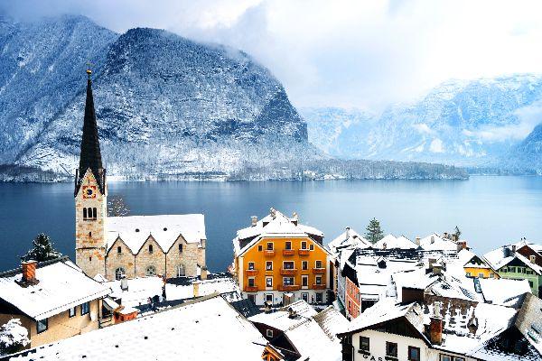 El pueblo de Hallstatt (Austria), completamente nevado