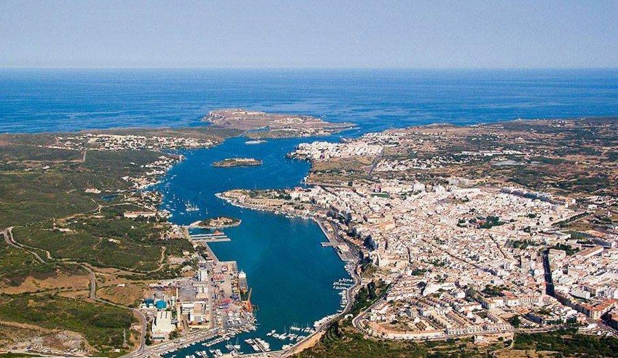 El puerto natural de Mahón es uno de los más bonitos de España