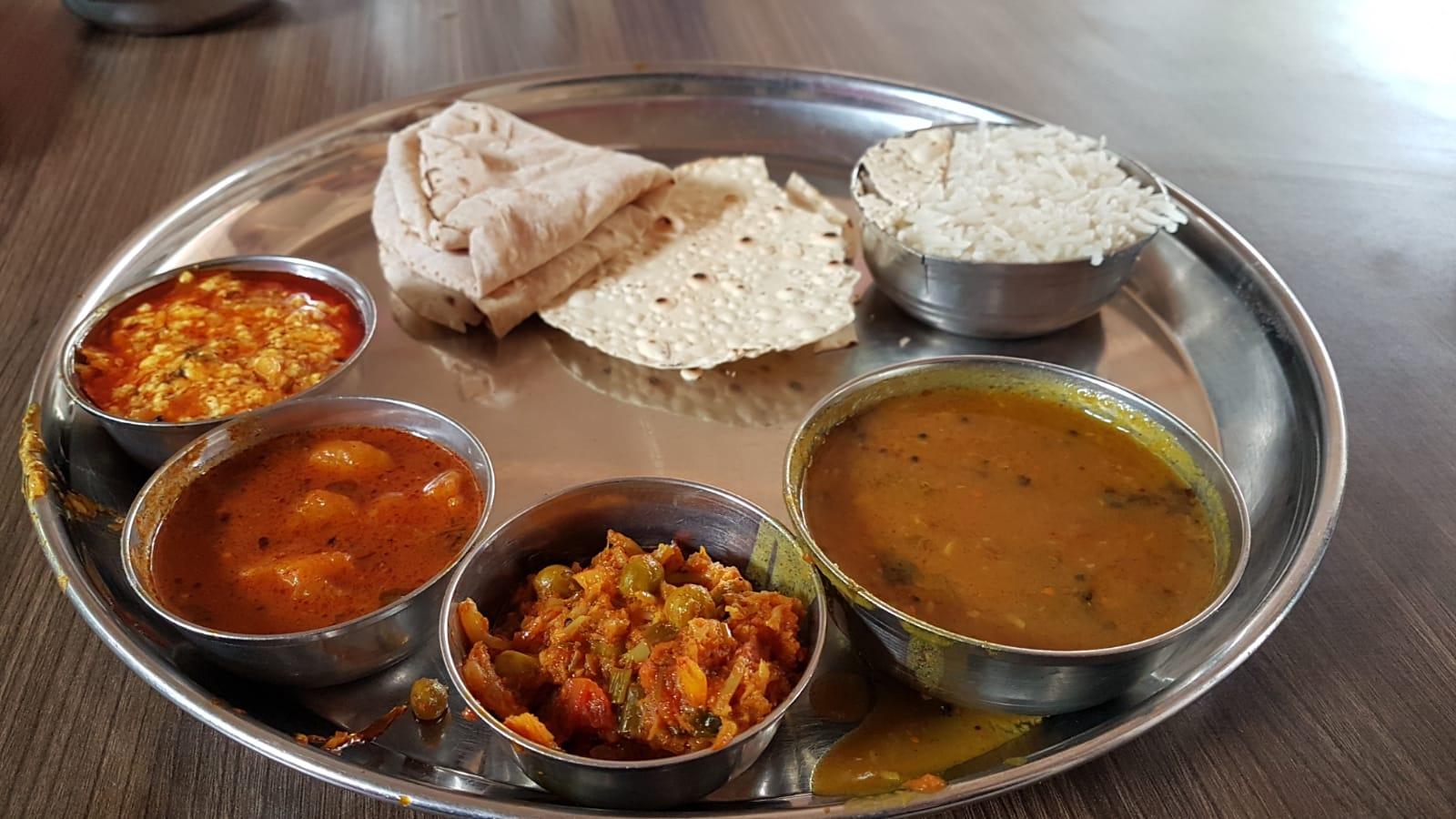 El thali, plato típico de Gujarat, India