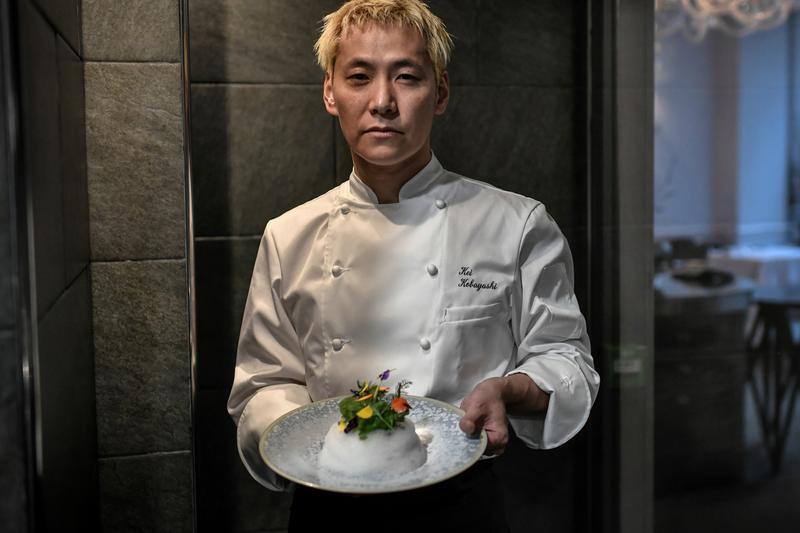 Kei Kobayashi, con una de sus creaciones