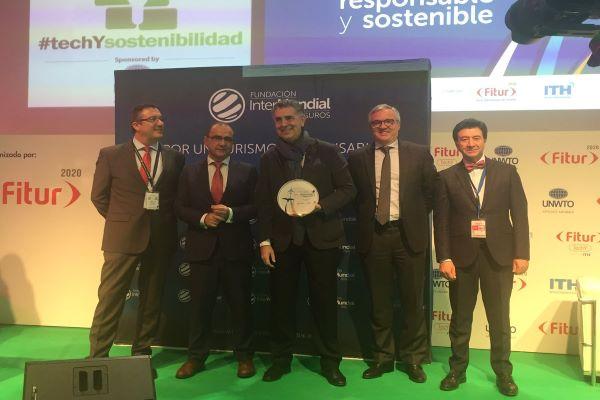 Marcial Corrales posa con el Premio de Turismo Responsable y Sostenible