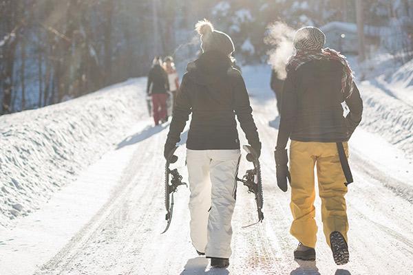 Esquiadores en una estación de esquí
