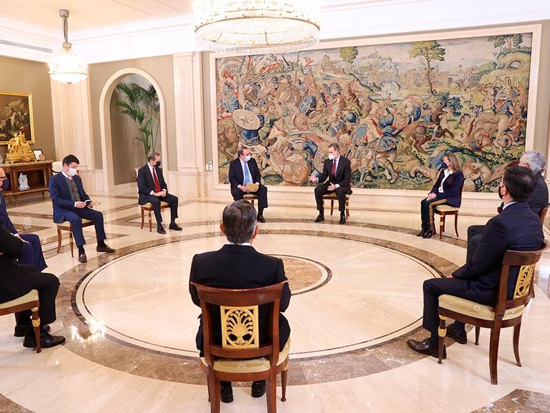 S.M. Felipe VI se reúne con la Mesa del Turismo, entrevistamos al presentador Óscar Martínez y degustamos el mejor jamón ibérico con Navarretinto